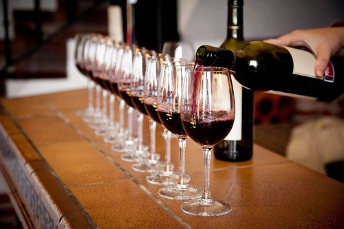 Tips #VinosNobles: A la hora de servir, no se debe llenar demasiado una copa pues el vino precisa de espacio suficiente para respirar y liberar su aroma.