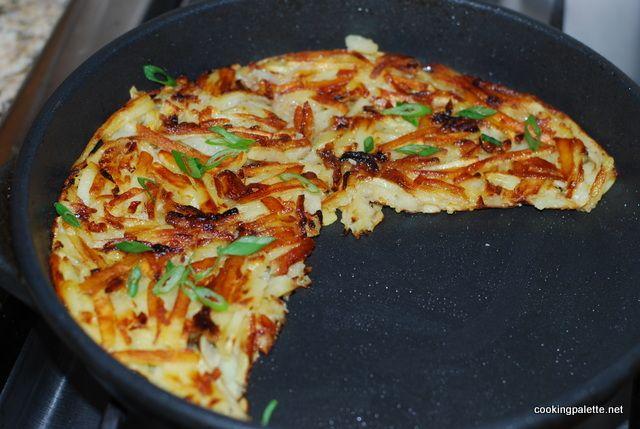 «Рёшти». 2-4 порции  Ингредиенты      3 средних картофелины     1 маленькая луковица     Соль     Черный молотый перец     Щепотка мускатного ореха     Оливковое масло для жарки ( или другое растительное)