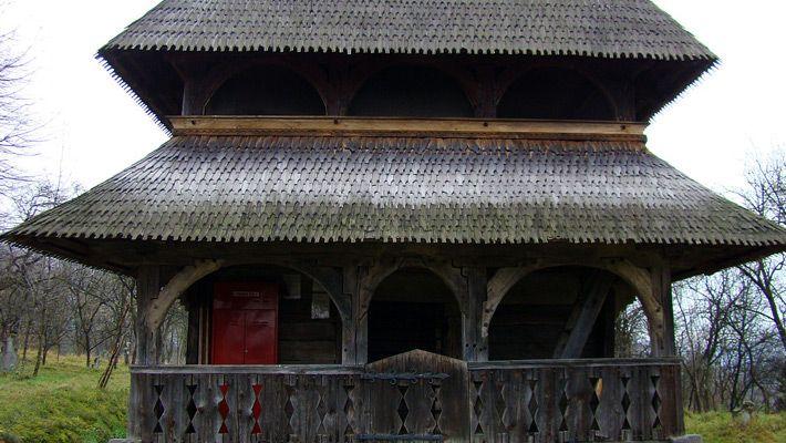 Biserica de lemn din Bârsana O călătorie virtuală prin Maramureş - galerie foto. Vezi mai multe poze pe www.ghiduri-turistice.info Sursa : http://ro.wikipedia.org/wiki/Fișier:RO_MM_Barsana_27.jpg