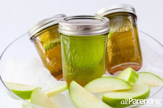 Mason jar caramel appletini recipe in time for fall! Caramel sauce, apple schnapps, buttersotch liqueur and vanilla vodka -- bottoms up!