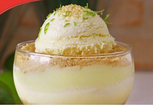 Esta receita caseira de gelado de limão é cremosa e incrivelmente suave. Um gelado deliciosamente refrescante que é uma sobremesa perfeita para o verão. In