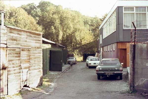 1972. Hof van Gulick. Links de caravanopslag van Broekhuis en daarachter de werkplaats van installatiebedrijf en grossierderij Joldersma, tevens opslag van tuinmeubelen. Rechts het kantoor van Joldersma.