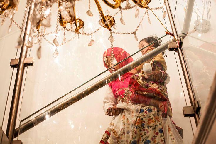 Bengali wedding -London - Ho saputo che un collega di lavoro, Sutu, di origini bengalesi ma nativo di Londra, si sarebbe sposato e gli ho chiesto di poter andare per scattare alcune foto. Tutta la cerimonia si è svolta nel ristorante e di notte, l'illuminazione artificiale e la location non mi stimolavano e non vedevo grandi risultati man mano che la serata andava avanti. Alla fine quando gia quasi tutti se ne erano andati, anche io saluto il mio amico e la sua compagna e mi incammino giù…