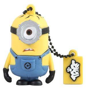 """USB 8 GB - Carl - Minion  Bee-doo! Bee-doo! Bee-doo! Carl è il più giovane dei #Minion, ha un solo occhio e capelli sempre arruffati. La sua grande passione? Essere una sirena, con tanto di luci! I minion sono personaggi piccoli e gialli, i fedeli aiutanti del """"Supercattivo"""" Gru, nel film """"#CattivissimoMe"""". Sembrano usciti in serie da una catena di montaggio imprecisa, tutti quasi uguali ma nessuno identico all'altro, piccoli soldatini operai con la salopette e gli occhialini da lavoro."""