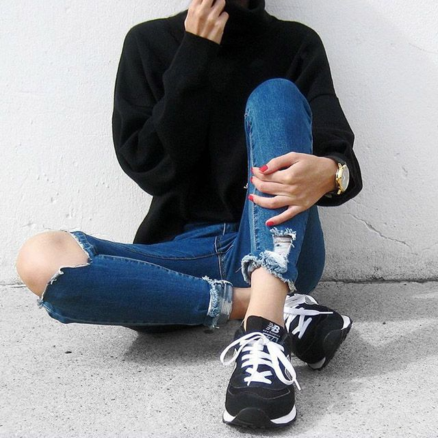 Urban style.  #urban #style #newbalance #denim #jeans #fashion #blogger #style #normcore #sneakers #total #black #totalblack