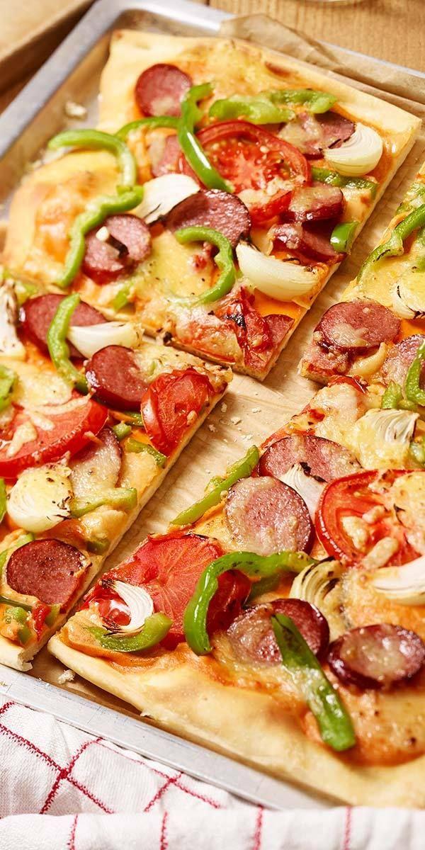 Mit der herzhaften Pizza mit Cabanossi kann Silvester kommen. Sind wir doch mal ehrlich: Pizza geht immer - auch in der Silvesternacht kann man sie kalt als Fingerfood am Buffet genießen! Cabanossi sorgt dabei für die richtige Würze. Guten Appetit.