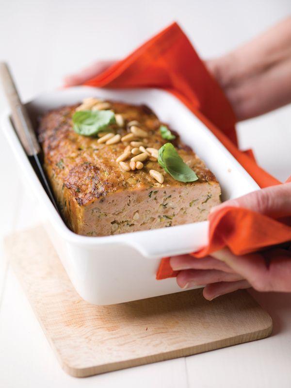 1. Verwarm de oven voor op 180°C.  2. Dep de geraspte courgette droog met keukenpapier.  3. Stoof de uisnippers samen met de look en de pijnboompitten in olie. Laat dit afkoelen.  4. Meng het gehakt met het paneermeel, de verse kruiden en de courgette-, ei- en uimengeling.