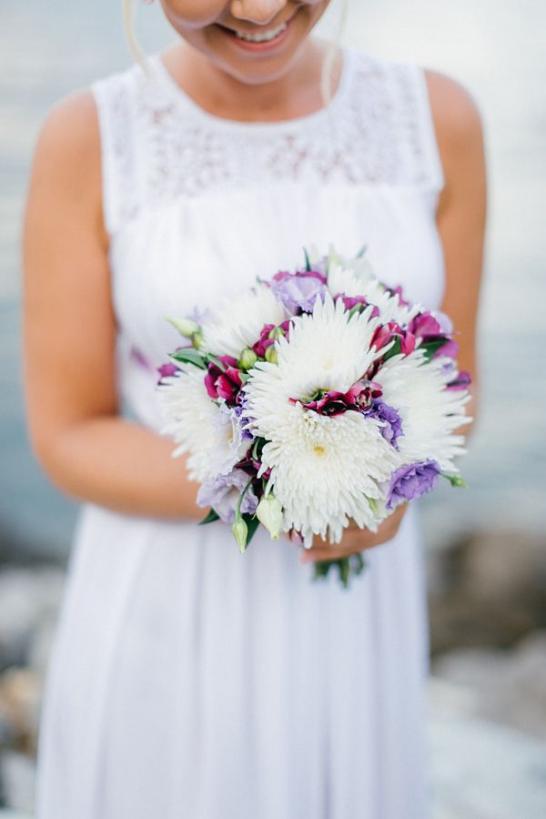 Wedding bouquet ELZA in white and purple with spider crysanthemum by MOMENTS www.weddingincrete.com