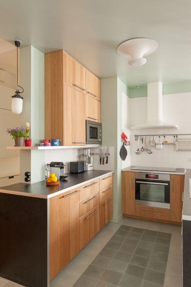Belle harmonie de couleurs dans cette cuisine en bois clair : entre vert d'eau, blanc et noir, c'est l'accord parfait !