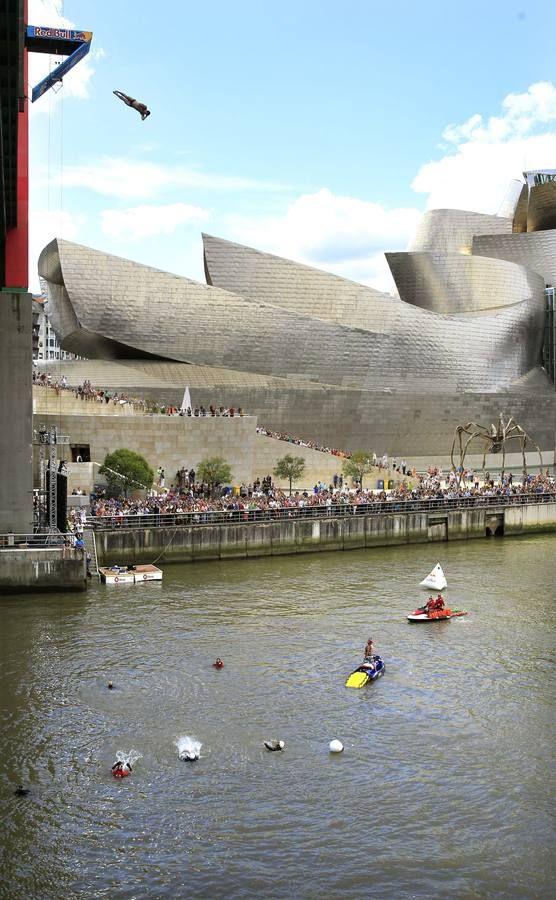 Clavadistas de Red Bull sobre el Guggenheim de Bilbao