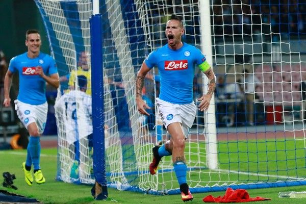 Napoli's midfielder from Slovakia Marek Hamsik (R) celebrates after scoring during the UEFA Champions League football match SSC Napoli vs SL Benfica on September 28, 2016 at the San Paolo stadium in Naples. / AFP / CARLO HERMANN
