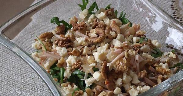 1. Kurczaka pokroić w paseczki, ser pokruszyć (nie za drobno), połówki gruszek pokroić na dosyć cienkie plasterki i wymieszać z rukolą.2. Wszystko polać oliwą z oliwek i lekko skropić sokiem z cytryny lub polać sosem vnegret.3. Doprawić do smaku, wymieszać, posypać orzechami.