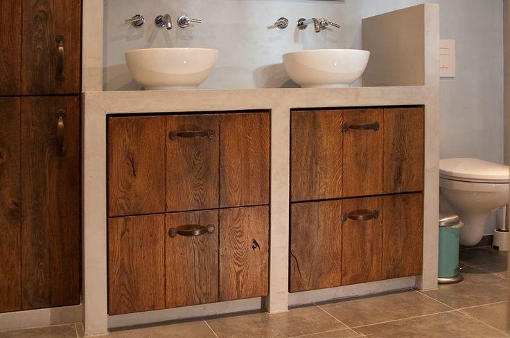 Een prachtige badkamermeubel met eiken houtdelen, nat in nat afgewerkt met de grenen donker geloogd nr.14 als basis en de Beemster 120 als tweede laag (deels licht opgezet). De beits is afgewerkt met CéPé Supermatte lak.