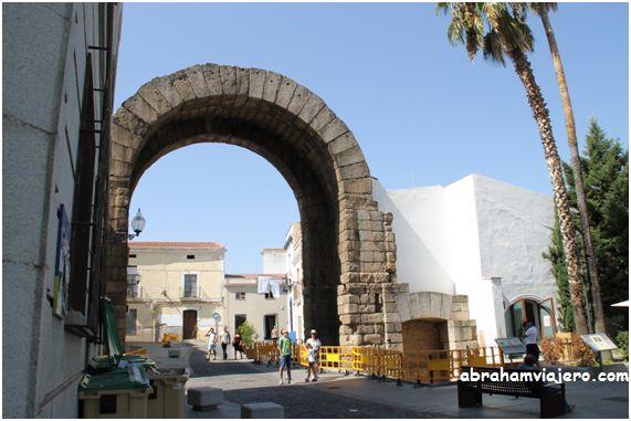 Sólo se conserva la estructura del arco central. Construida íntegramente con granito, consiste en dos arcos de medio punto independientes y paralelos, unidos entre sí por bloques rectangulares de unos 3,20 m de longitud colocados como dinteles formando...