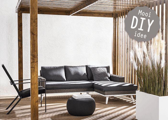 Je waant je op Bali als je onder deze pergola op een lounge-bed ligt. De constructie van Douglashout biedt beschutting als de zon hoog aan de hemel staat en maakt 'm tegelijkertijd een prachtig design-object.
