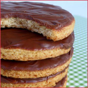 Biscuits Granola maison - Vous connaissez forcément les Granola, ces biscuits ronds nappés de chocolat. Et bien j'ai tenté de les reproduire en suivant ...