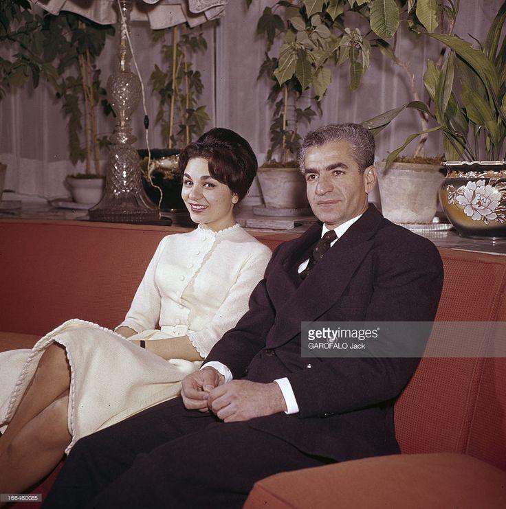 the shah of iran in his palace thran 1959 dans le palais royal