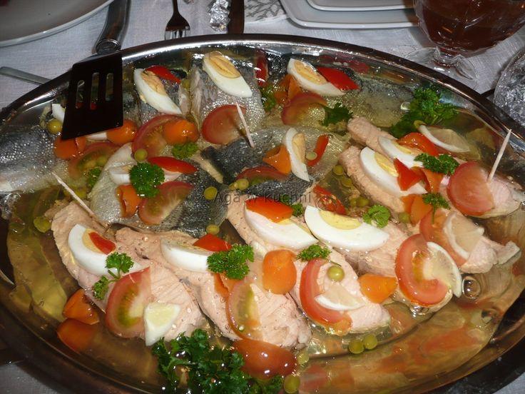 Składniki:  1 kg filetu z łososia,  1 kg filetu z pstrąga,  1 kostka warzywna,  4 łyżki żelatyny,  4 jajka,  2 marchewki,  1 pietruszka,  1 ...