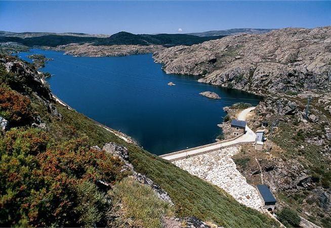 Una central hidroeléctrica es una instalación que permite aprovechar las masas de agua en movimiento que circulan por los ríos para transformarlas en energía eléctrica, utilizando turbinas acopladas a los alternadores. Si quieres más información sobre las centrales hidráulicas visita el siguiente enlace: http://www.endesaeduca.com/Endesa_educa/recursos-interactivos/produccion-de-electricidad/xi.-las-centrales-hidroelectricas