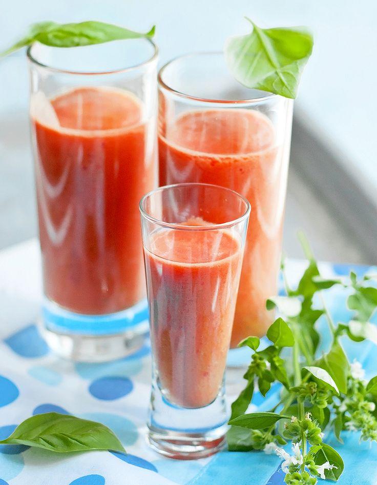 Recette Gaspacho Thermomix : Enlevez les graines et la partie blanche des poivrons. Epluchez le concombre, retirez les graines. Enlevez le pédoncule des tomate...