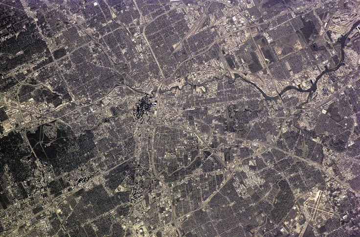 Огромный мегаполис Хьюстон со спутника выглядит именно таким образом. Кварталы, улицы и парки выглядят необыкновенными с высоты полета самолета. Большой город поделен на небольшие сектора и участки, на которых можно увидеть жилой массив и живописные парки.