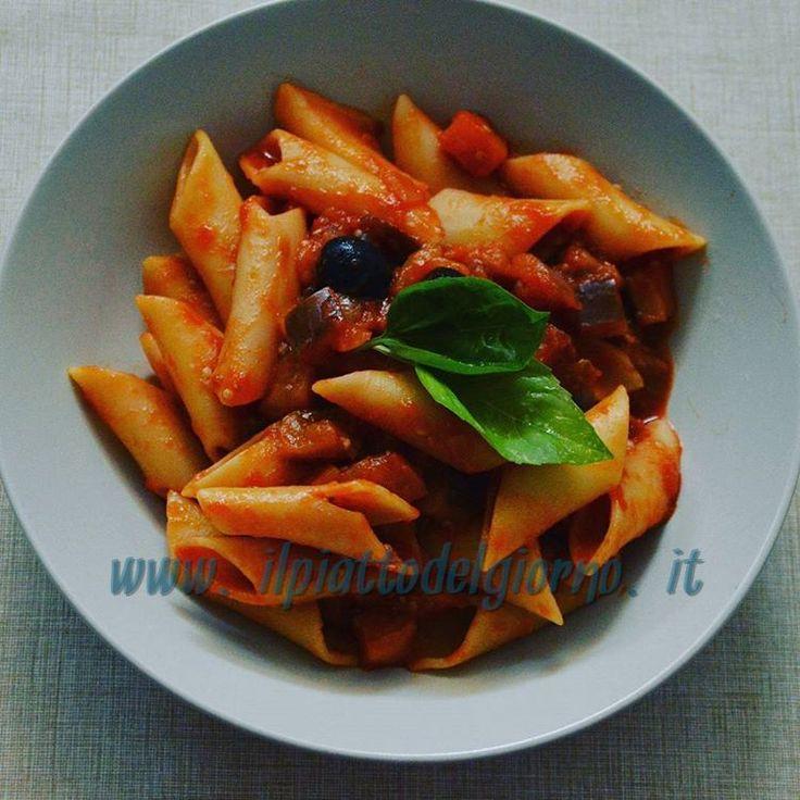 Per gli amanti della pasta: sugo di pomodoro, melanzane e olive nere con profumatissimo basilico fresco 🍅 🍆 🍝 🍽 per l'articolo completo clicca qui --> http://goo.gl/Ta7Q5J