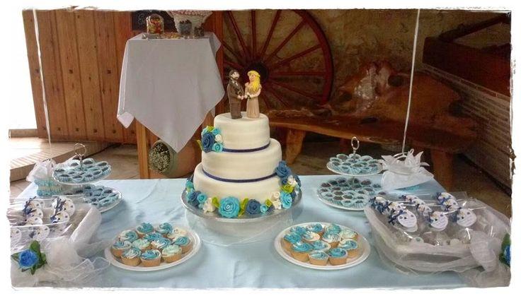 Tarta de bodas y mesa de dulces en los tonos elegidos por los novios. #decoración #repostería