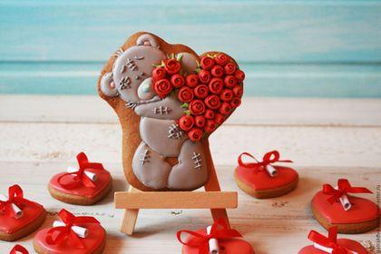 Купить или заказать Набор пряников '10 причин, почему я тебя люблю!' в интернет-магазине на Ярмарке Мастеров. Набор пряников '10 причин, почему я тебя люблю!' станет необычным и трогательным подарком для влюбленных. В комплект входит пряник мишка Тедди и 10 пряничков сердечек, к каждому из которых привязана записочка с признанием в любви. Прянички упаковываются в коробочку 20х20 см. с лентой.
