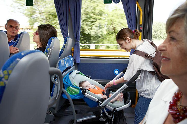 Lascia lo spazio libero per le carrozzelle o le sedie a rotelle, se presenti. La mamma dovrà preoccuparsi di agganciare il passeggino, facendosi aiutare, per viaggiare in sicurezza.
