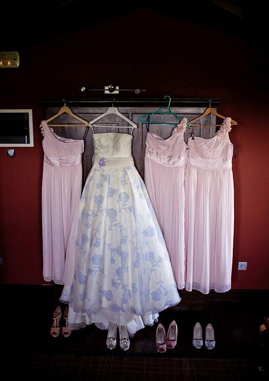 El estido de novia de María, diseño de Manu García con falda bordada con flores azul cielo #vestidosdenovia #weddingdresses #tendenciasdebodas