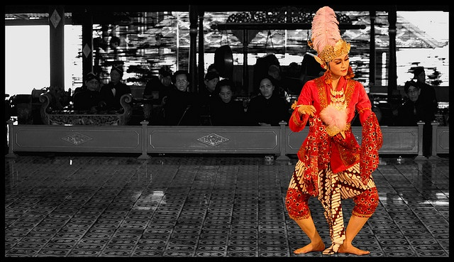 Keraton Traditional Dancer    Javanese traditional dance perform by Keraton's dancer.    with her beautiful dress and her soft motions, the dancer transfered her sweetness to the audience minds    We can see it every sunday at 11 at Keraton, Jogjakarta, Indonesia.