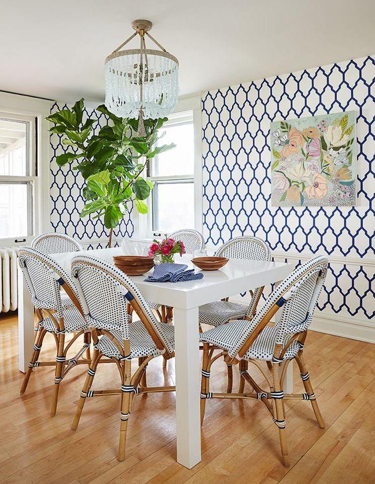 這是個色彩飽和繽紛的美式家居,除了色彩,圖騰也大膽地使用,不管是蜂窩狀還是東歐燈籠樣式的壁紙,都使家居顯得活潑更有文化內涵。 值得一提的是,招待賓客的餐廳跟家人用餐的餐廳是兩個完全不同氛圍的設計,前者讓客廳的靛藍色蔓延,搭配水晶燈與紫色大花地毯打造貴族般的饗宴廳堂;而家人的用餐環境則回歸美式的閒適,藍白配色與籐椅搭配使空間清爽愜意。 P.S.衛浴牆面的拉線勾勒地好精緻,優雅且細緻的綠色線條大大提升了白磚牆的質感吶!(學起來) via Amie Corley