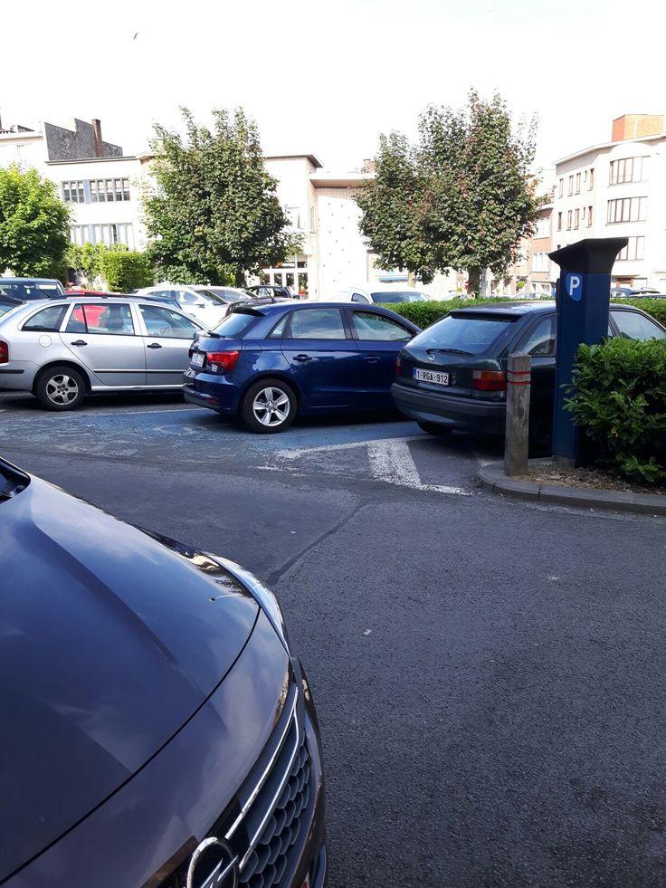 Ce gentil monsieur qui reste derrière son volant parce que parquer sur un emplacement #PMR - pour éventuellement libérer la place pour personnes à #mobilité_réduite - pense sincèrement si une personne ayant le droit de se garer là, que cette dernière lui demandera de bouger ???? Manquerait plus que cette personne soit avec des #béquilles ou en #fauteuil roulant 😡😡😡😡😡😡 Ce 28.05.2017 à #Bruxelles -#Woluwe_Saint_Lambert