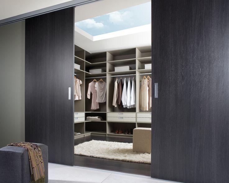 Walk in Closet. Deze inloopkast lijkt gesloten een normale kledingkast, maar niets is wat het lijkt!