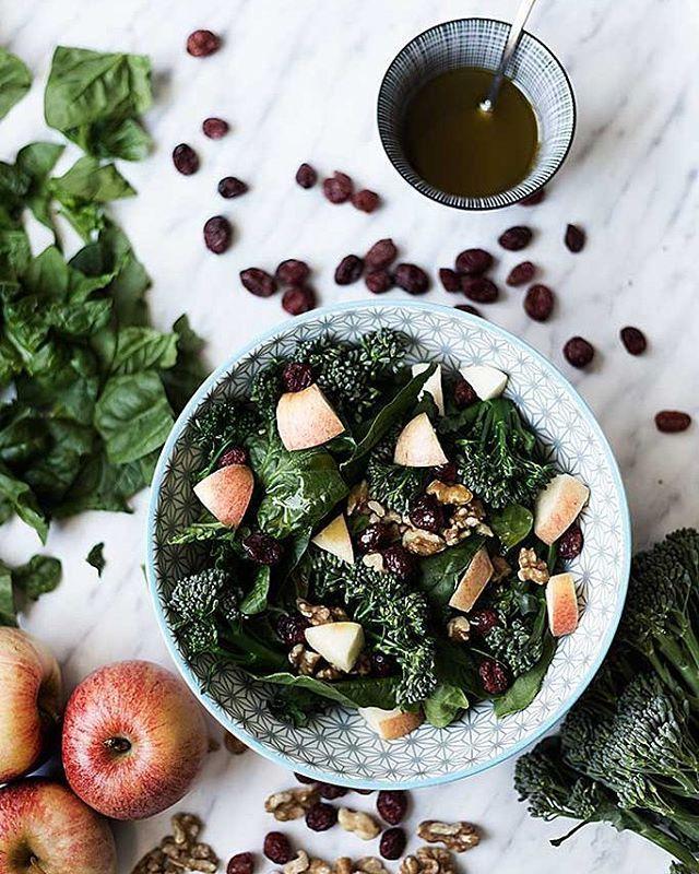 🇪🇸Esta ha sido la comida de hoy. Súper sana y saludable. Luego me he comido dos bombones Lindor para compensar, así soy yo // 🇬🇧Super healthy lunch today. After that, I ate two Lindor chocolates, that's me. #salad #healthymeals #apple #vegan #veganism #veganfood #healthychoices #healthymeals #healthyfood #fitfood #lifestyle #cleaneating #fit #vegetarian #foodphotography #picoftheday #foodpic #foodblog #blogger #vsco #food52