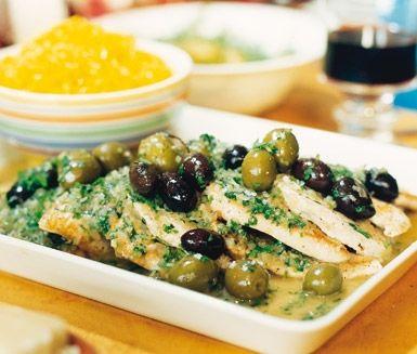 Testa att laga till kalkon med oliver och vermouth. Kalkonen blir riktigt god och saftig och passar utmärkt att servera vid lite festligare tillfällen som buffémat.