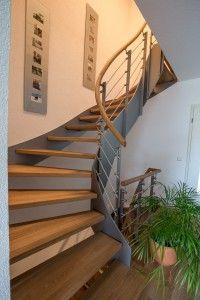 Treppe aus Eiche mit Handlauf und Kunststoffwangen in Stahloptik