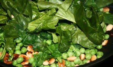 Grüne Freuden mit Couscous. Couscous mit Spinat, Erbsen, angerösteten Mandeln und Parmesan.