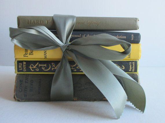 Giallo e grigio collezione di libri d'epoca per di SGBooksandMaps