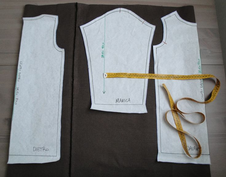 Il tessuto è formato da una trama e un ordito, il drittofilo del tessuto corrisponde al filo orizzontale in parallelo alle cimose. Le cimose sono i bordi laterali del tessuto e hanno una struttura diversa, non vanno quindi considerate quando si taglia il tessuto. Se avete un tessuto dove non distinguete il dritto dal rovescio…