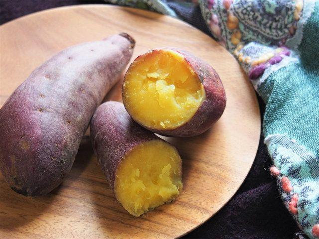 自然な甘みがたまらない、寒い時期のおいしいおやつ「焼き芋」。買ったものもおいしいけれど、最近はホクホクした仕上がるベニアズマやねっとり感がたまらない安納芋などさつまいもの品種も豊富。せっかくだから自分でチョイスして作って楽しむのも乙なもの。 とはいえおうちで石焼き......なんてできません。おいしい焼き芋を自分で作るには? ROOMIEにフードスタイリストの田村佳奈子さんによるとっておきのフライパンで作ることができる焼き芋レシピがありました。 塩で甘みが引き立つ! フライパンで焼き芋レシピ 〈材料〉(2人分) ・さつまいも(2本) ・水(500㏄) ・塩(小さじ1) 〈作り方〉 STEP1 ポリ袋に塩、水を入れて溶かして塩水を作り、さつまいもを洗って入れ、塩水に1時間浸ける。塩水に浸けることで、皮に塩分が染みてさつまいもの甘みがより引き立つ。ポリ袋を二重にすると水漏れせず安心だ。 STEP2 さつまいもをキッチンペーパーで包み、もう一度塩水で濡らし、さらにアルミホイルで巻く。くるくるっと巻いて二重になるくらいの長さがよい STEP3…