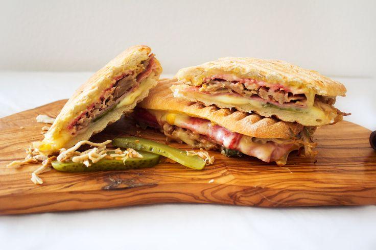 Cuban Sandwich. Heerlijk gevuld met ham, kaas, salami, pulled pork en augurken. Eigenlijk de perfecte grilled cheese sandwich. Wij moesten dit gerecht natuurlijk thuis maken en het recept vervolgens met jullie delen. Het brengt ons echt weer even terug naar onze...