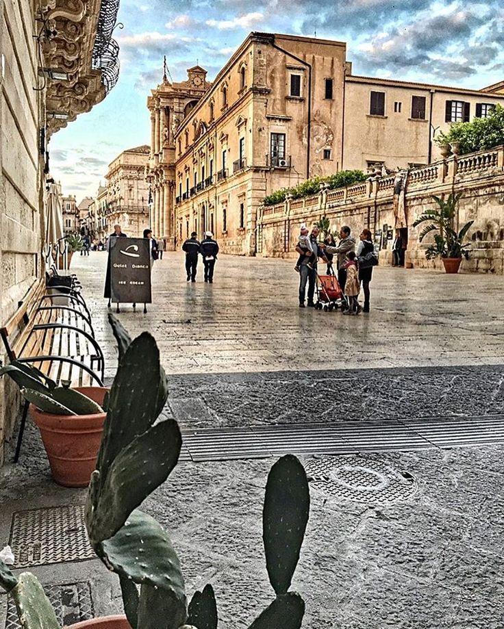 Wanneer je de oude stad Siracusa, gelegen in het zuidoosten van Sicilië, binnenwandelt is het net of je duizenden jaren in tijd teruggaat. De stad is meer dan 2700 jaar geleden gesticht door de Gri…