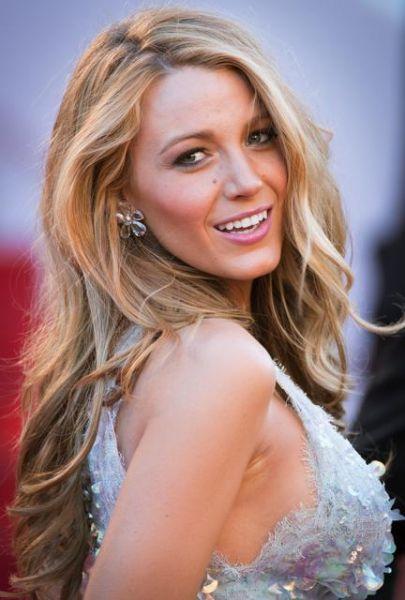 Sile sirena per Blake Lively, che nel secondo look a Cannes lascia i capelli sciolti sulle spalle e animati da onde effetto beach