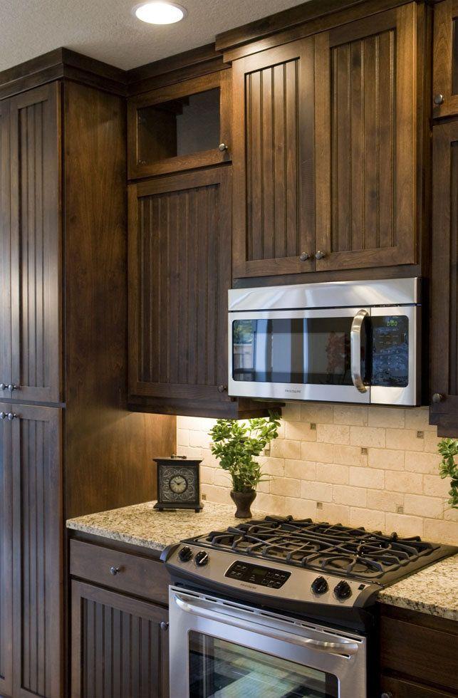 Light back splash w/dark cabinets