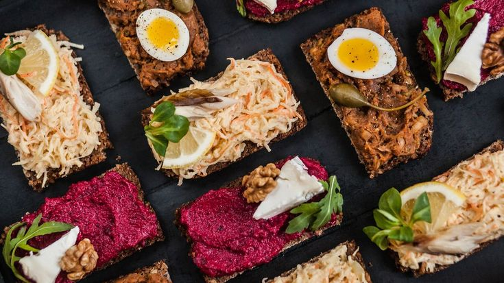 Bramborovým salátem z Vánoc už dneska nikoho neohromíte, ale kvůli tomu se chlebíčků na Silvestra rozhodně vzdávat nemusíte! Připravte si originální pomazánky a oslavte příchod nového roku hezky stylově!