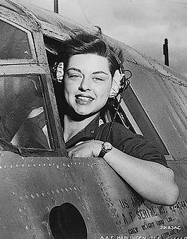 Terwijl Amerikaanse en Britse piloten tijdens de Tweede Wereldoorlog actief aan het front waren, werkten talloze vrouwen in de Verenigde Staten mee aan het succes van de luchtmacht.   Deze vrouwen kregen op 10 maart 2010, na ruim 65 jaar, alsnog een militaire onderscheiding.