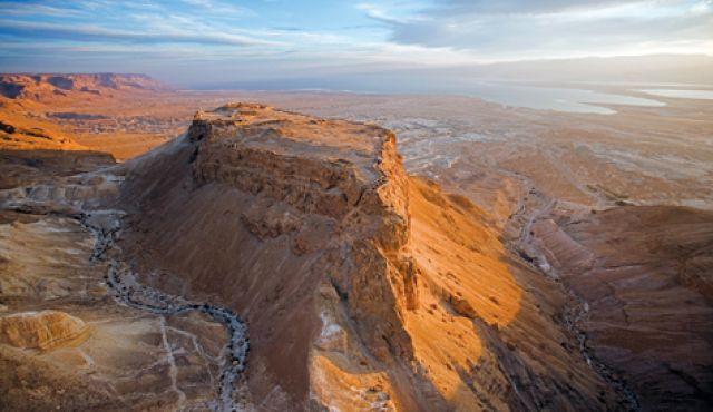"""""""Su quest'alta roccia, imprendibile da qualunque lato la si guardi, sorgono le rovine di una fortezza romana eretta all'epoca di Erode il Grande"""""""