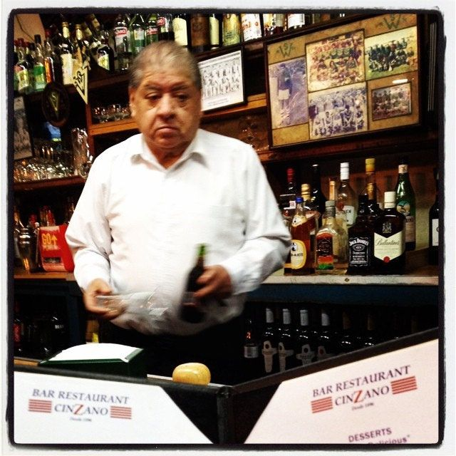 El barman del Cinzano #valparaíso #chile #bar #beer #night