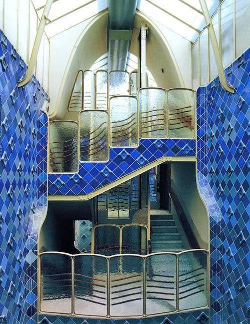 Casa Batlló Barcelone Espagne Antoni Gaudí - Cage d'escalier tapissé de céramique